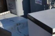 Vecchi frigoriferi abbandonati sulla strada